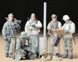 GERMAN SOLDIERS AT FIELD BRIEFING. SKALA 1/35